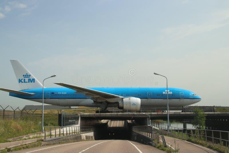 PH-BQE KLM Royal Dutch Airlines Boeing 777 Aircraft på bro efter landning på Polderbaan 36L-18R vid Amsterdam Schiphol ai arkivfoto