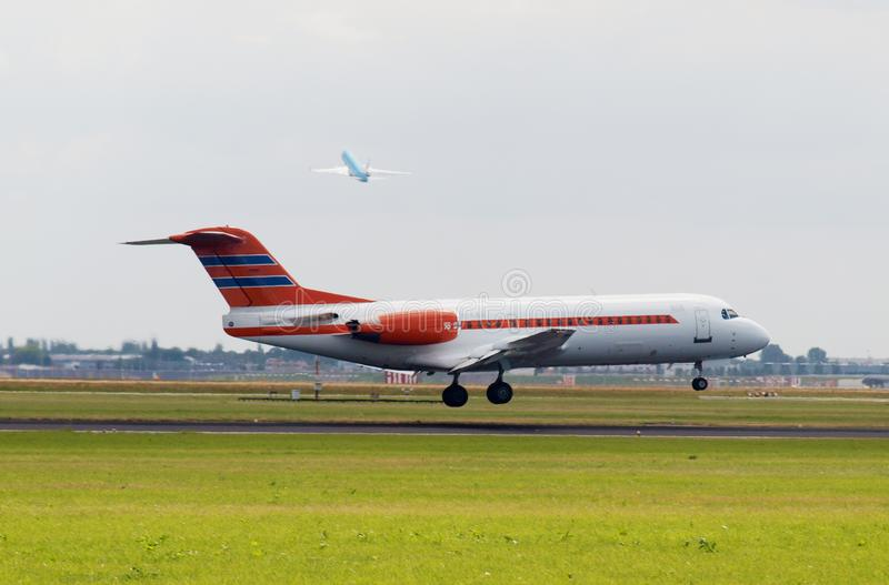PH-KBZ - Fokker 70 del aterrizaje holandés del gobierno en el carril del buitenveldert en el aeropuerto de Schiphol Amsterdam en  imagenes de archivo