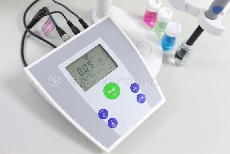 pH meter om de zuurheid-alkaliteit te meten stock afbeeldingen