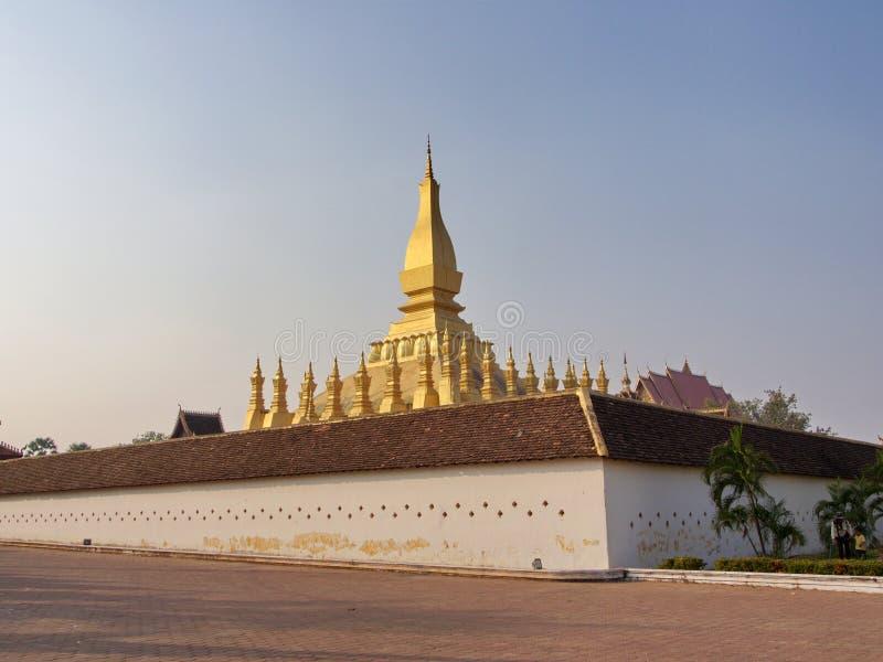 Pha Że Luang jest zakrywającym wielkim Buddyjskim stupą w cen obraz stock