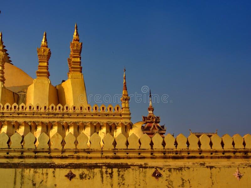 Pha Że Luang jest zakrywającym wielkim Buddyjskim stupą w cen zdjęcia stock