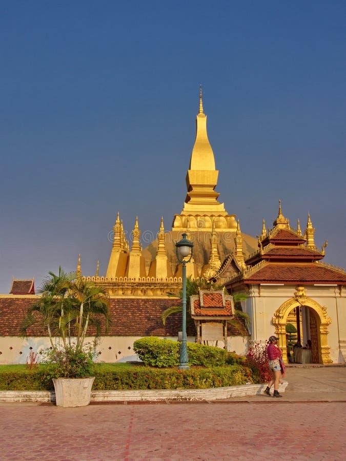 Pha Że Luang jest zakrywającym wielkim Buddyjskim stupą w cen zdjęcie royalty free