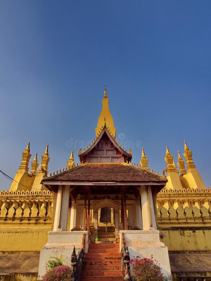 Pha att Luang är entäckt stor buddistisk stupa i cenen royaltyfri bild