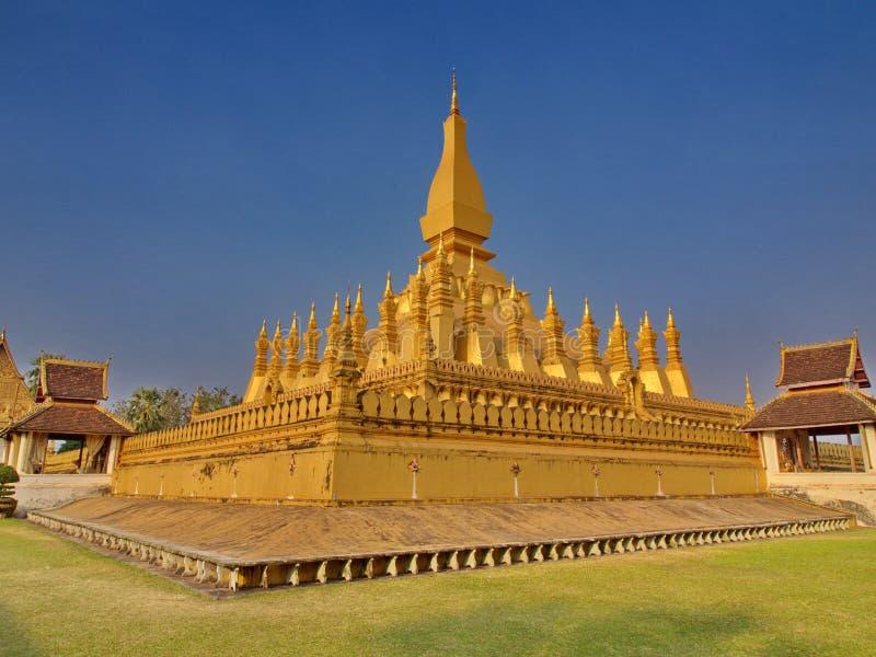 Pha att Luang är entäckt stor buddistisk stupa i cenen royaltyfri foto