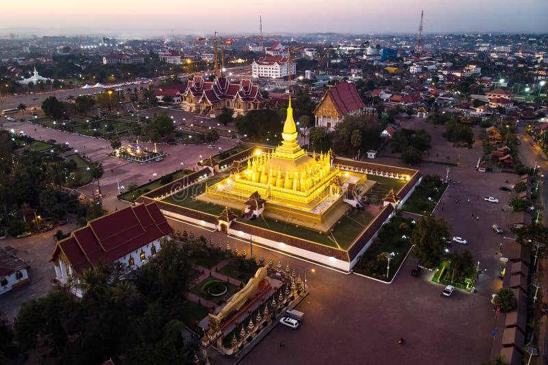 Pha som Luang, 'stora Stupa' ?r ent?ckt stor buddistisk stupa i mitten av Vientiane, Laos Det betraktas allm?nt royaltyfri fotografi