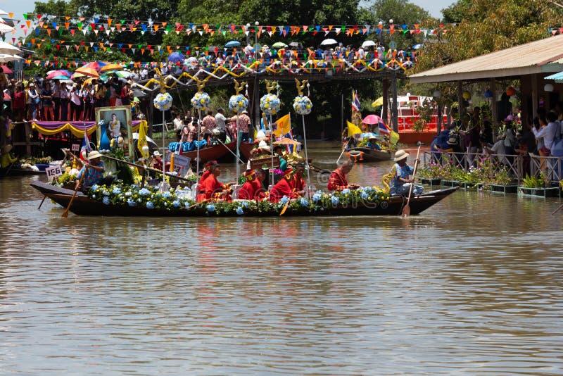 Phak Hai District, Ayutthaya-Provinz, - Juli 17,2019, Festival von Lent Candle Procession, Chaod-Kanal des jungen Mannes stockfoto