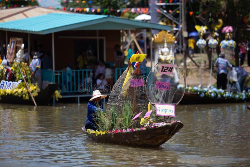 Phak Hai District, Ayutthaya-Provinz, - Juli 17,2019, Festival von Lent Candle Procession, Chaod-Kanal des jungen Mannes lizenzfreie stockbilder
