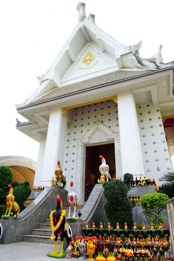 Phan betraktas den thailändska Norasing relikskrin som symbolet av ärlighet av det lokala folket Många besökare kommer här att ti fotografering för bildbyråer