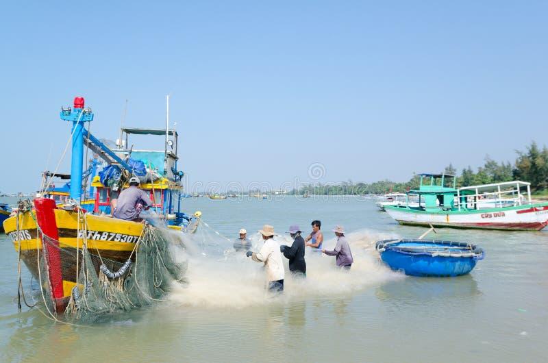 Pescatori vietnamiti sul lavoro immagini stock