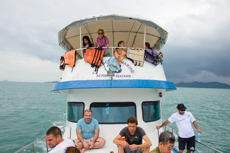Phang Nga, Ταϊλάνδη - 7 Οκτωβρίου 2014: Σκάφος τουριστών μπροστά Koh στον κόλπο της Hong Phang Nga κοντά σε Phuket στοκ εικόνα