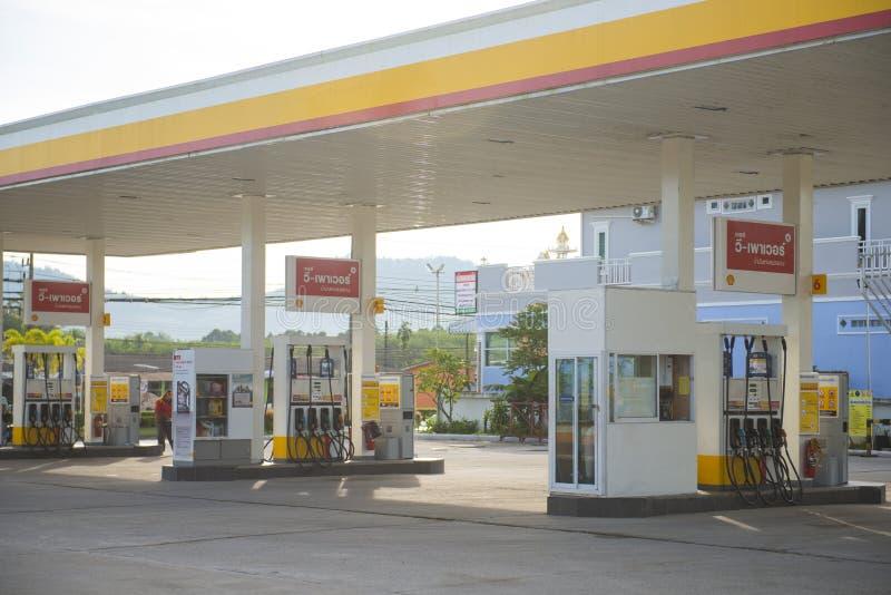 PHANG NGA, TAILÂNDIA - 7 de novembro de 2015; Posto de gasolina de Shell na ANSR imagem de stock royalty free