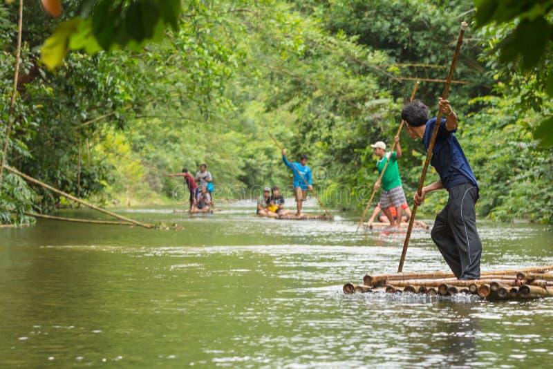 Phang Nga, Tailandia - sept. 12,2015: Hombre no identificado que raftin foto de archivo libre de regalías