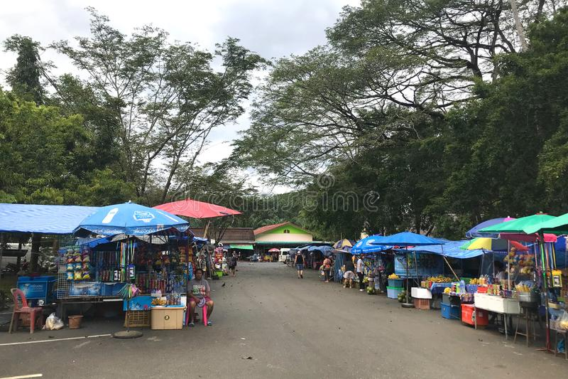 Phang Nga Tajlandia, Grudzień, - 1, 2017: Wiele pamiątkarscy i karmowi sklepy blisko świątyni małpy Wat Suwan Khuha, Phang Nga obrazy stock