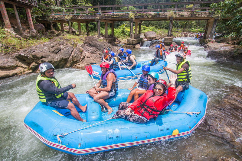PHANGNGA, THAÏLANDE - 23 AOÛT 2014 : L'eau blanche transportant par radeau sur le Th images stock