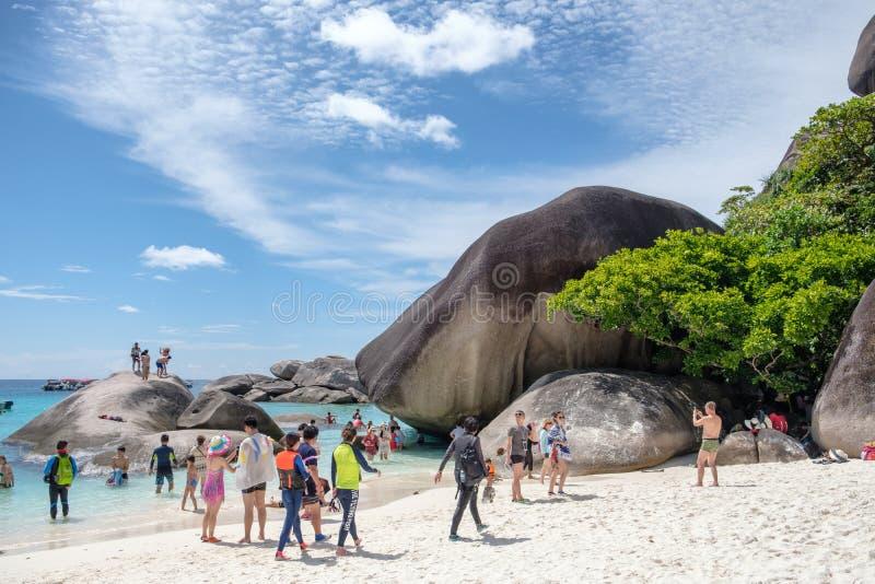 Phangnga, Thailand - 04 April 2017: Toeristenreis het ontspannen in de zomer bij similan eiland stock afbeelding