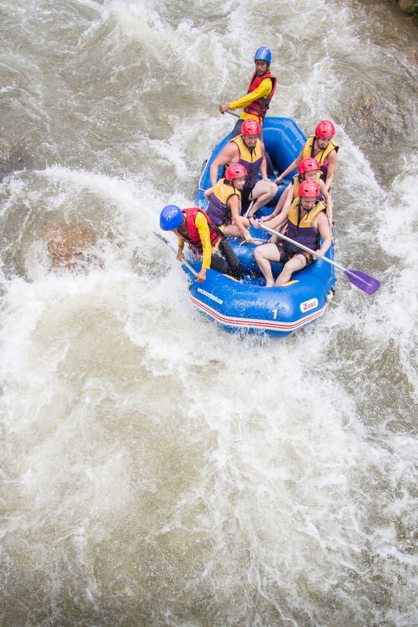 PHANGNGA, THAILAND - AUGUSTUS 23, 2014: Stroomversnelling het rafting op Th stock afbeelding