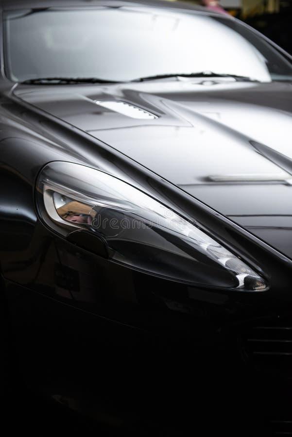Phare arrière d'une voiture grise de luxe moderne, détail automatique, concept d'entretien automobile dans le garage image libre de droits