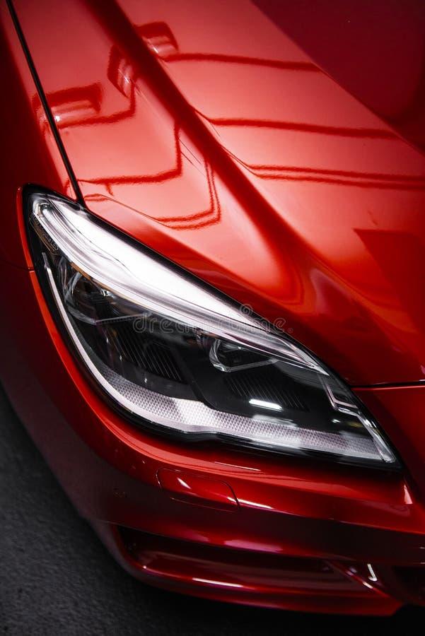Phare arri?re d'une voiture rouge de luxe moderne, d?tail automatique, concept d'entretien automobile dans le garage images libres de droits