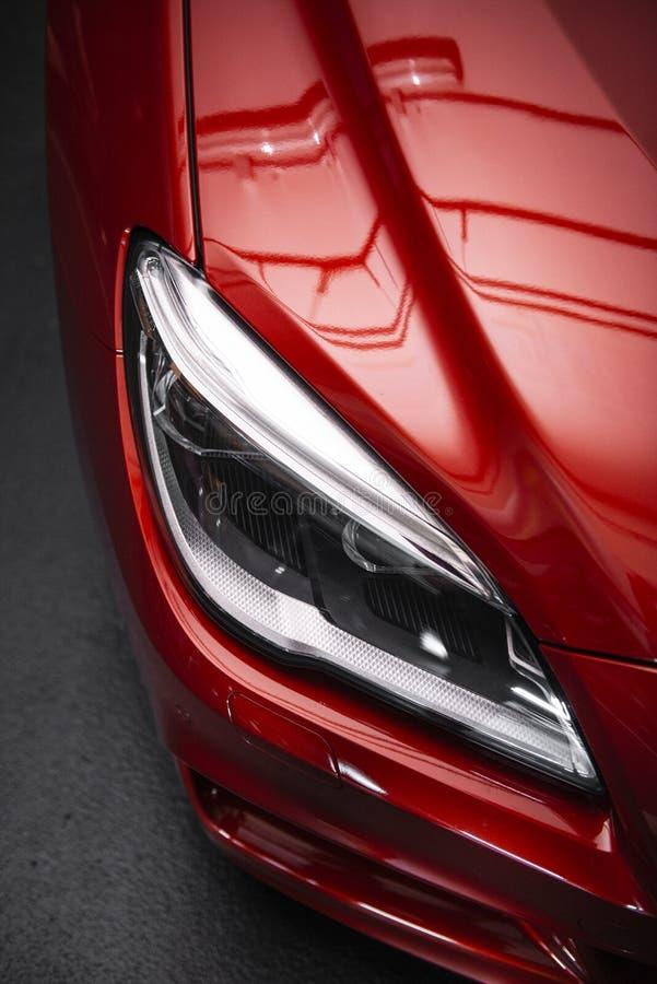 Phare arri?re d'une voiture rouge de luxe moderne, d?tail automatique, concept d'entretien automobile dans le garage photographie stock