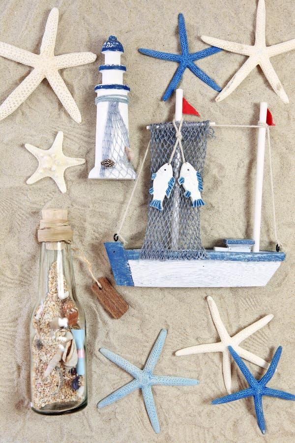 Phare, bateau, bouteille et étoiles de mer photos stock