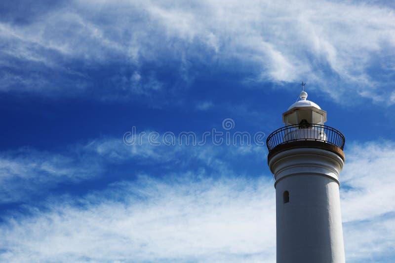 Phare blanc contre un ciel bleu photographie stock libre de droits