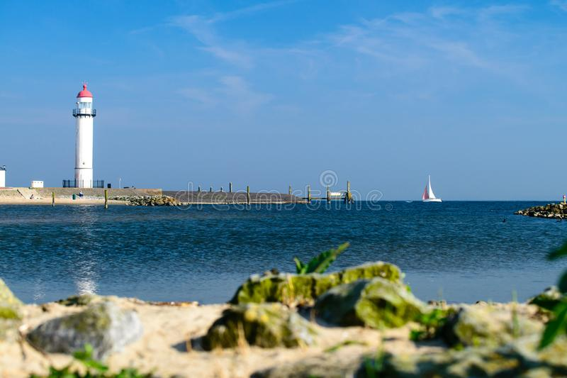 Phare blanc situé sur un bord de la mer le jour ensoleillé Symbole de dedans photos libres de droits