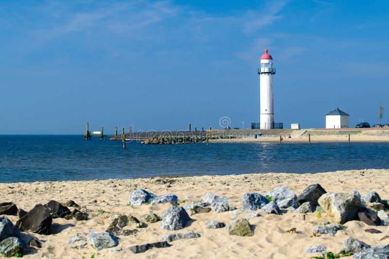 Phare blanc situé sur un bord de la mer le jour ensoleillé Symbole de dedans images libres de droits