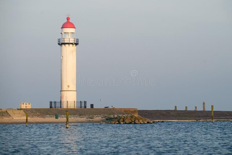 Phare blanc situé sur un bord de la mer le jour ensoleillé Symbole de dedans photo stock