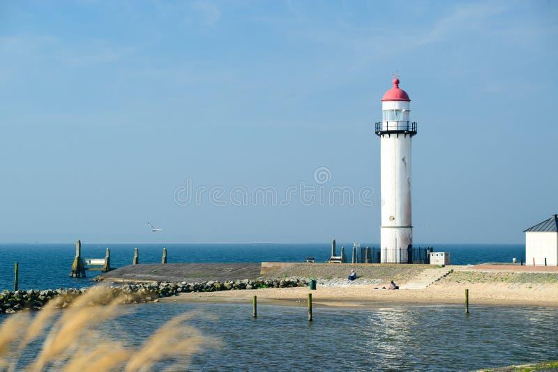 Phare blanc situé sur un bord de la mer le jour ensoleillé Symbole de dedans images stock