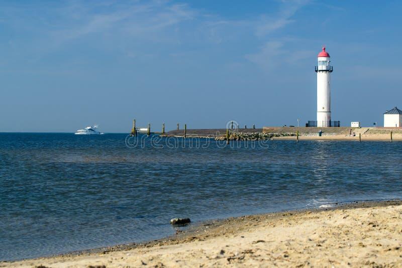 Phare blanc situé sur un bord de la mer le jour ensoleillé Symbole de dedans photographie stock