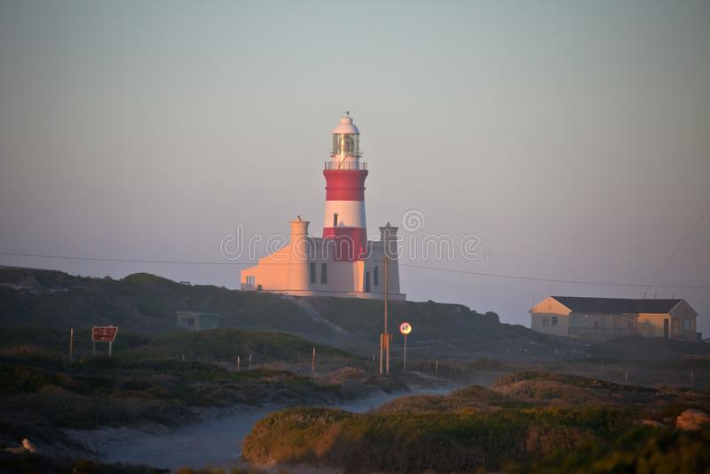 Phare chez le Cap des Aiguilles au point le plus le plus au sud de l'Afrique image stock