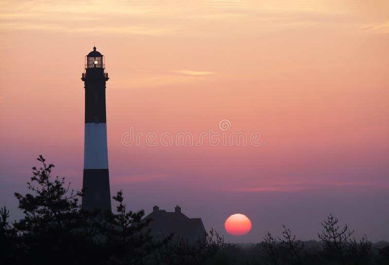 Phare d'île du feu dans le lever de soleil de matin image stock