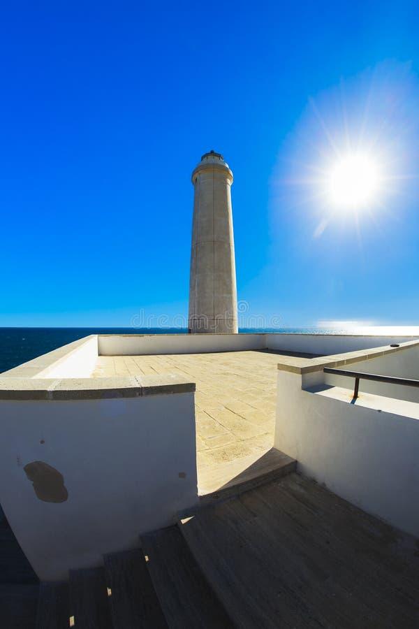 phare d'otranto au-dessus de Mer Adriatique bleue image libre de droits