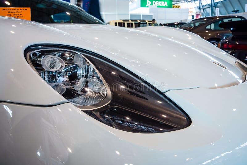 Phare d'une voiture de sport hybride embrochable mi-à moteur Porsche 918 Spyder, 2015 photo libre de droits