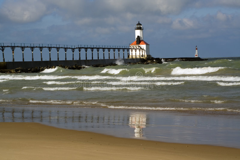 Phare dans la ville du Michigan images libres de droits