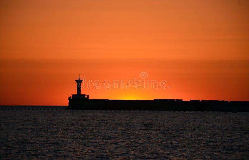 Phare dans le coucher du soleil photos libres de droits