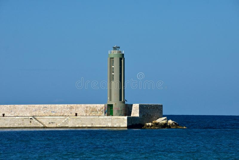 Phare dans le port de Bari photos stock