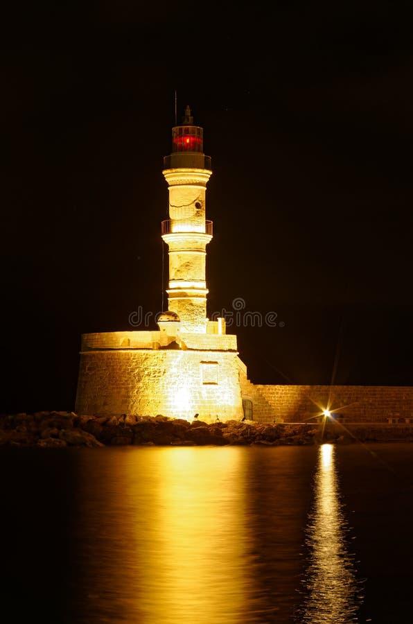 Phare dans le port de Chania la nuit Île de la Grèce de Crète photographie stock
