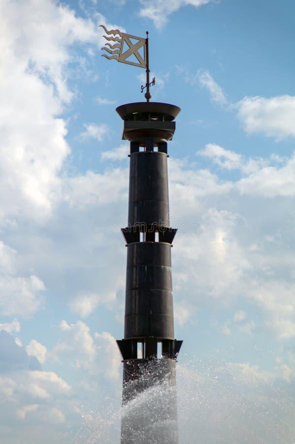 Phare de colonne sur un fond de ciel bleu en parc du 300th anniversaire de St Petersburg photo stock