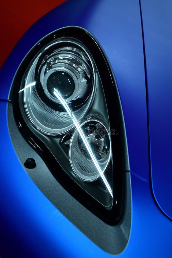 Phare de la voiture de sport exclusive couverte dans l'enveloppe bleue de voiture image stock