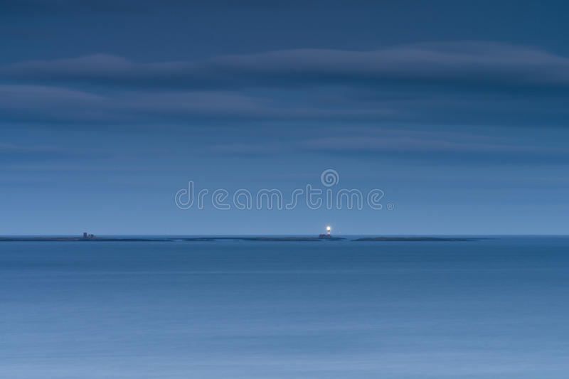 Phare de Longstone pendant l'heure bleue photos stock