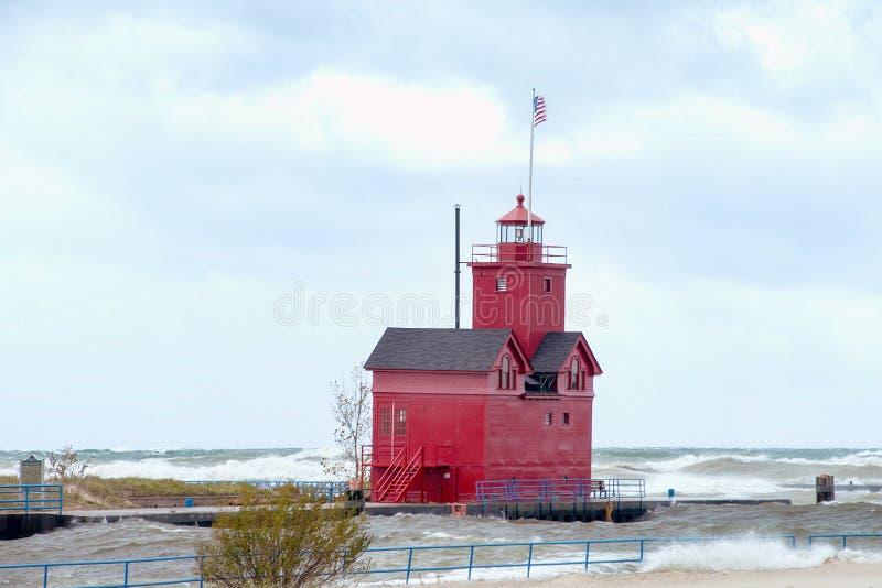 Phare de Red Michigan avec vagues de tempête photos libres de droits