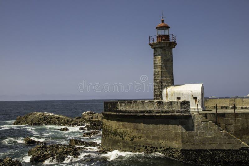 Phare de signal à l'entrée de la rivière de Douro à Porto au Portugal photographie stock