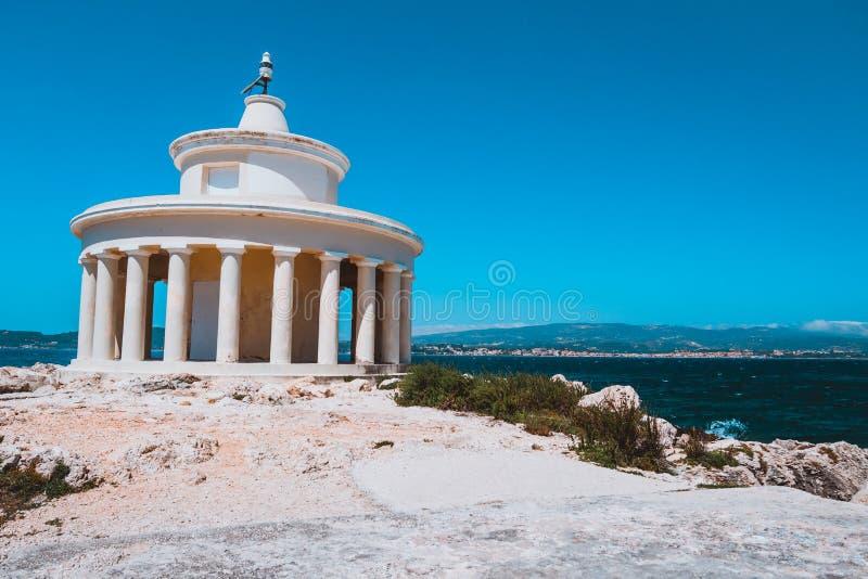 Phare de St Theodore chez Argostoli contre le ciel bleu clair Île de Kefalonia La Grèce photographie stock libre de droits