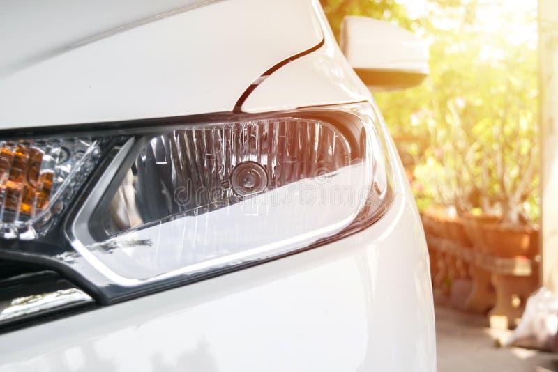 Phare de voiture de ville avec des fusées de lumière du soleil image stock