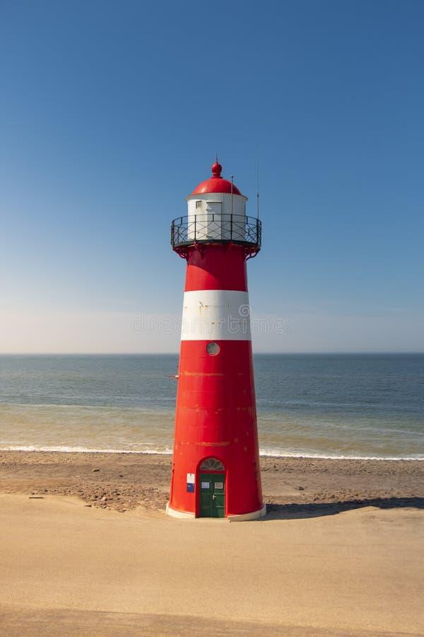 Phare en acier blanc rouge traditionnel dans Westkapelle, Pays-Bas images stock