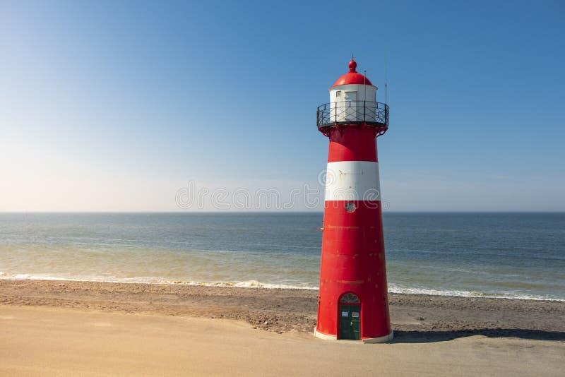 Phare en acier blanc rouge traditionnel dans Westkapelle, Pays-Bas photos libres de droits