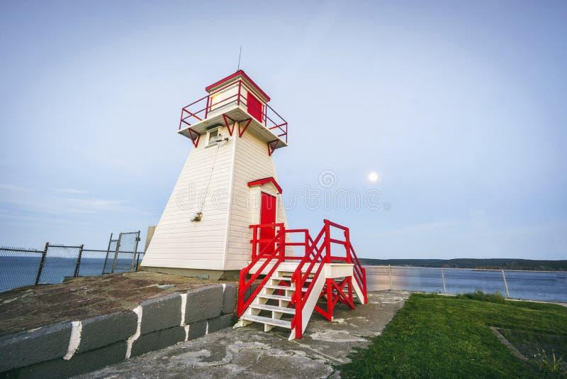 Phare en bois à côté de fort Amherst, Terre-Neuve, Canada photographie stock
