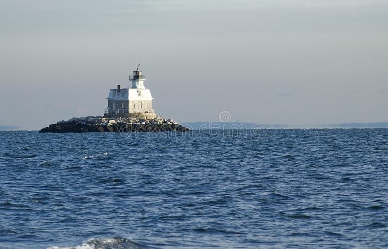 Phare entouré par l'océan image stock