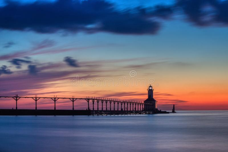 Phare est de musoir de ville du Michigan apr?s coucher du soleil photo libre de droits